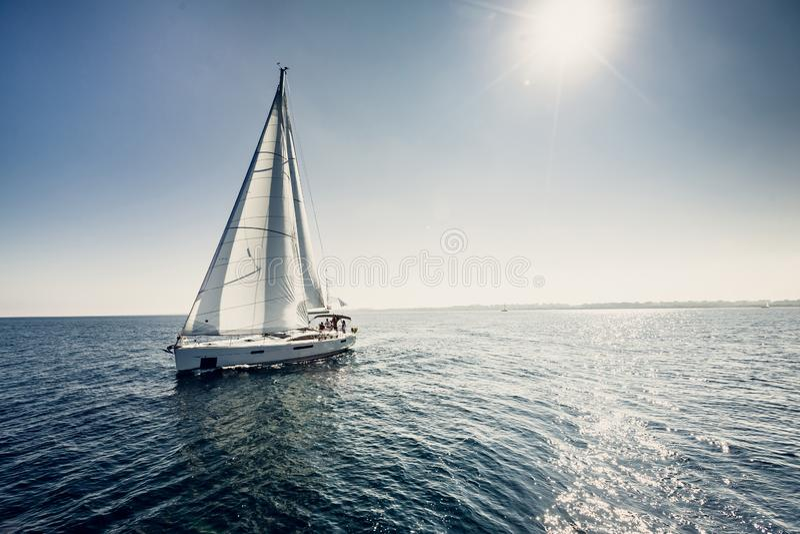 有白色风帆的帆船游艇 免版税库存照片
