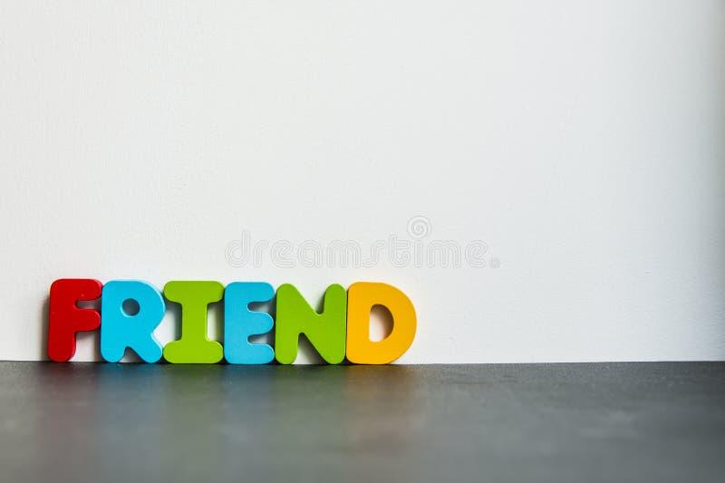 有白色background1的五颜六色的木词朋友 免版税库存图片