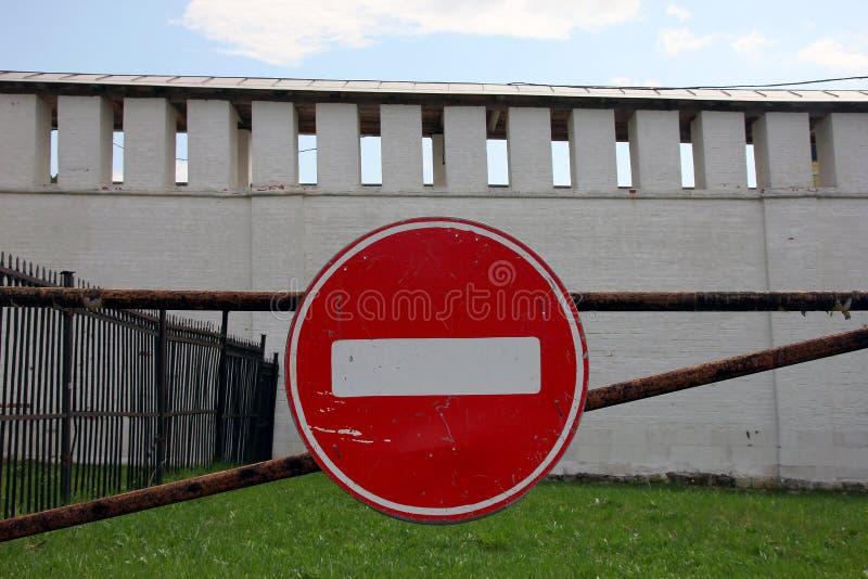 有白色s的老破旧的被抓的金属圆的红色路停车牌 库存图片