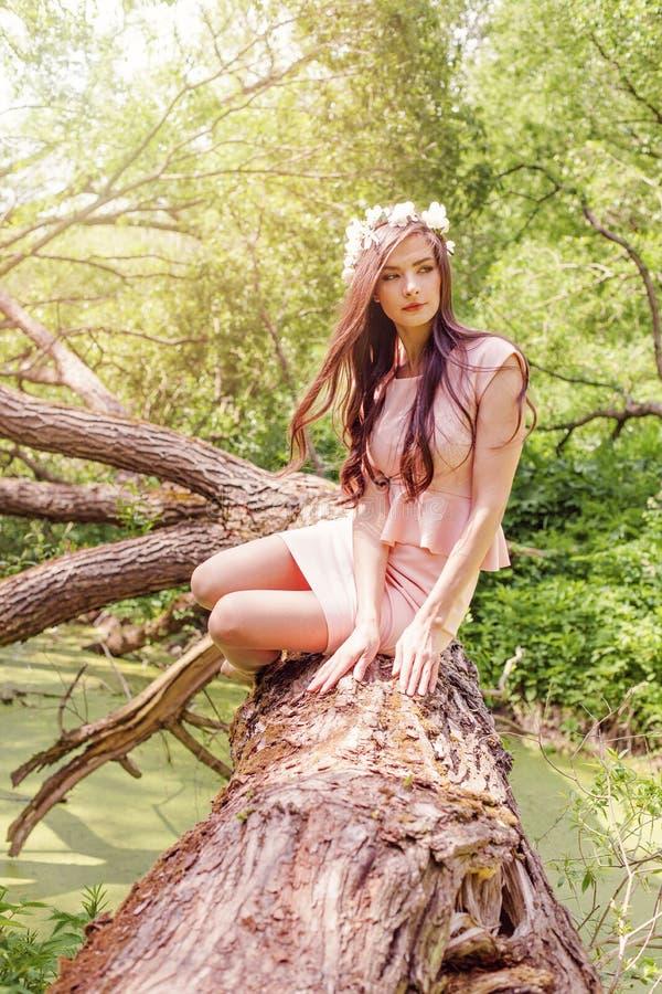 有白花的浪漫妇女在户外春天公园 美女女性模型室外画象 库存照片