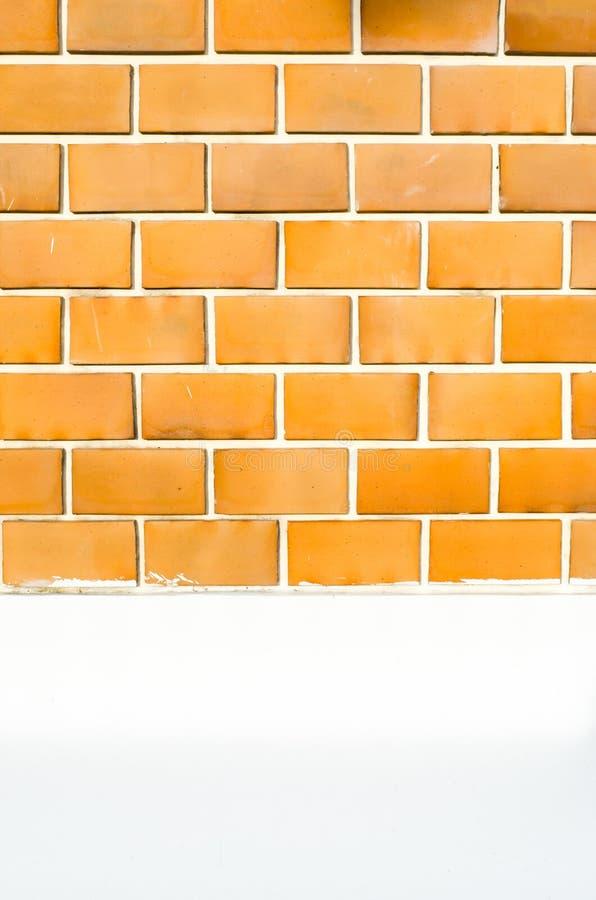 有白水泥的橙色砖墙绘了的墙壁和的路面 库存照片