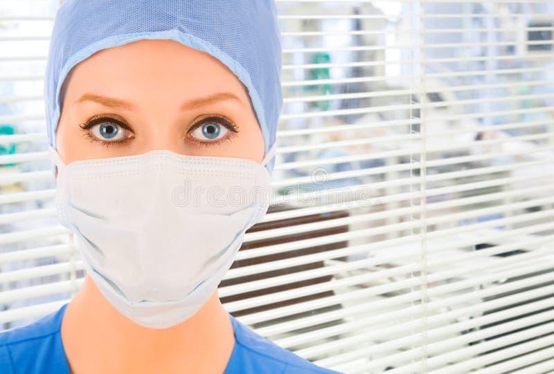 有百叶窗的医生在背景 免版税库存照片