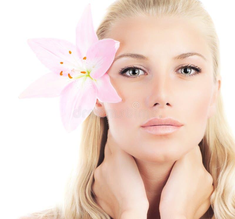 有百合花的美丽的妇女 免版税库存照片