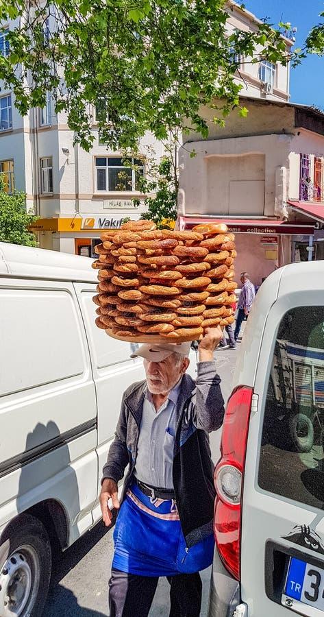 有百吉卷板材ful的老人在他的头5 库存照片