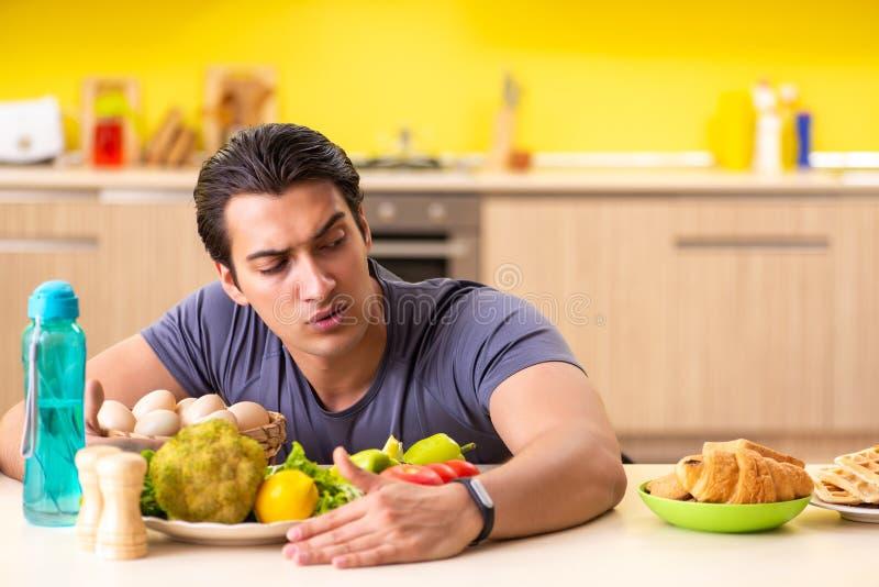 有的人在健康和不健康的食物之间的艰难的选择 库存照片