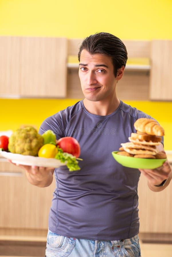 有的人在健康和不健康的食物之间的艰难的选择 免版税库存图片