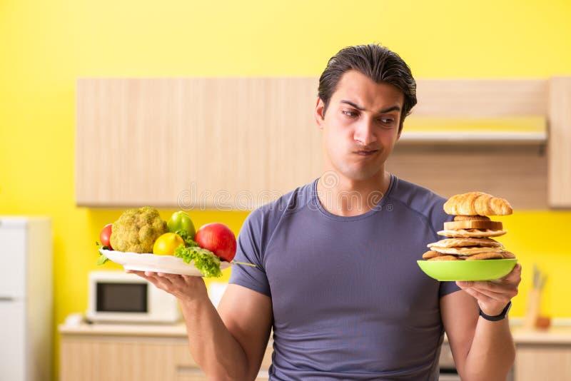 有的人在健康和不健康的食物之间的艰难的选择 免版税库存照片