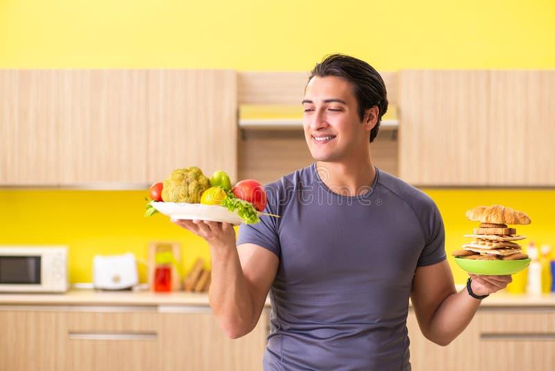 有的人在健康和不健康的食物之间的艰难的选择 图库摄影