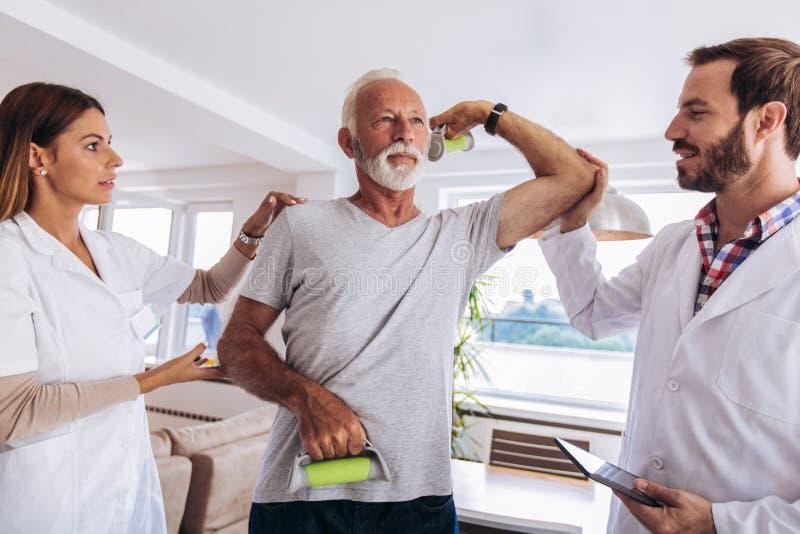 有的人按摩脊柱治疗者胳膊调整 免版税库存图片