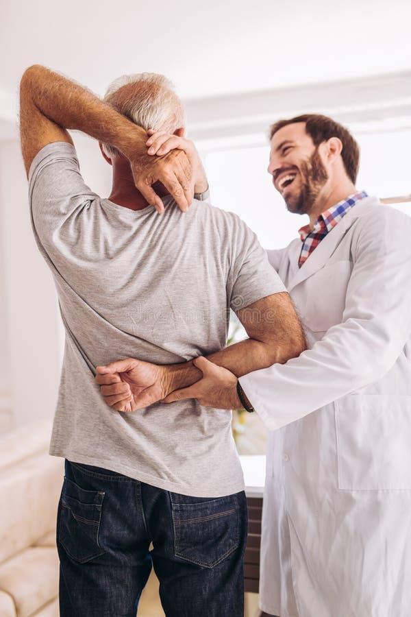 有的人按摩脊柱治疗者胳膊调整 库存照片