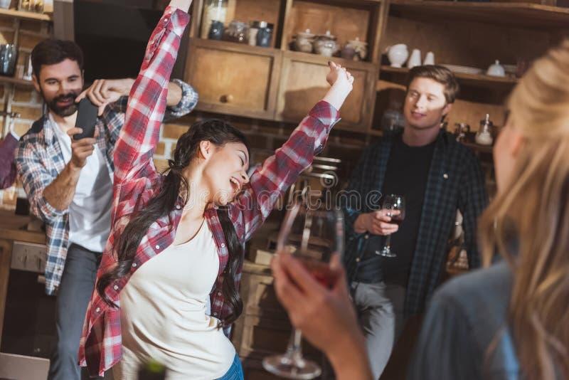 Download 有的人们乐趣在家党 库存照片. 图片 包括有 顶楼, 夫妇, 当事人, 厨房, 被集会的, 白天, 不同 - 93417340