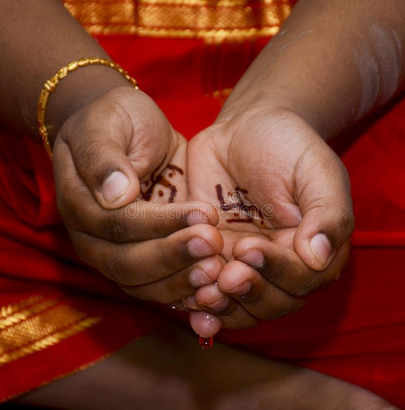 有的仪式水在手中 免版税库存照片