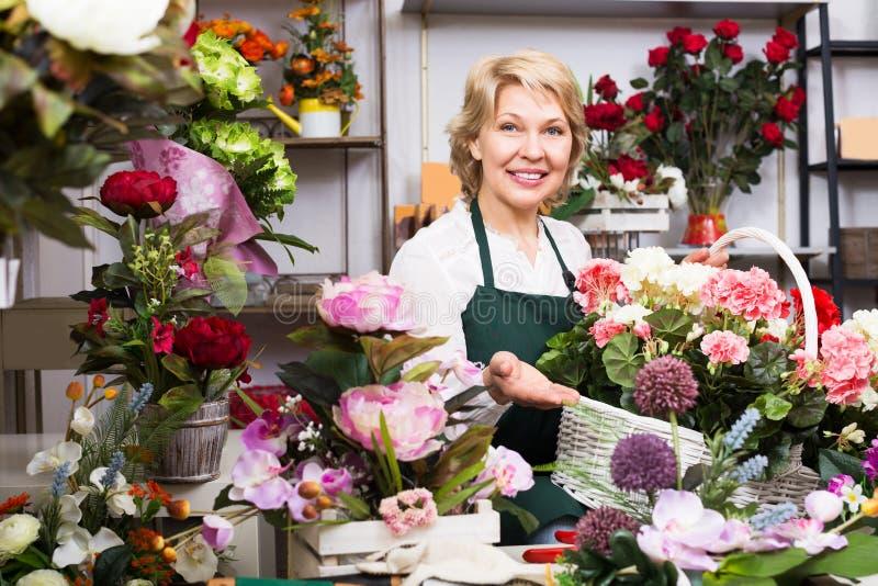 有的卖花人与八仙花属的一个篮子 库存照片