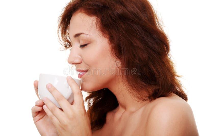有的咖啡她的茶妇女年轻人 免版税库存照片