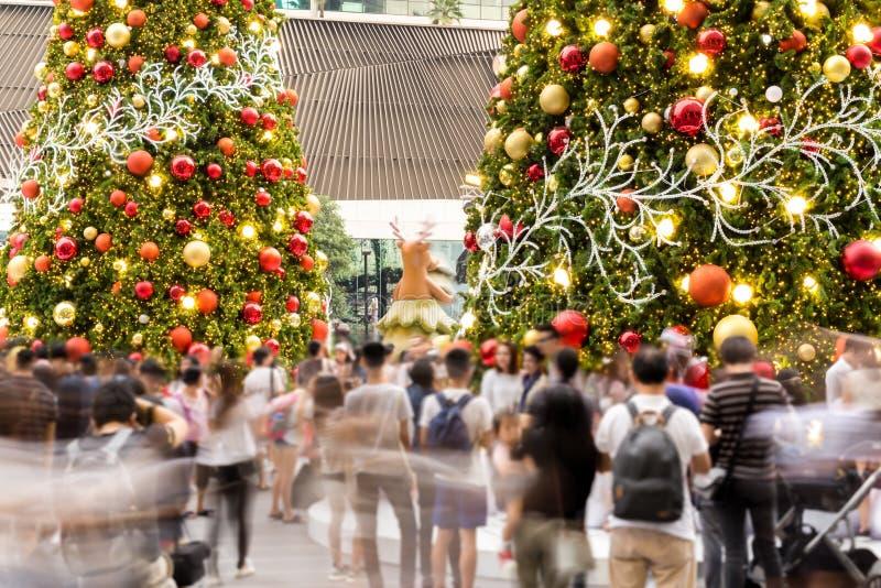 有的圣诞树的Holidy事件党室外被弄脏的人民 库存图片
