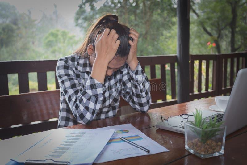 有的女商人头疼,当工作使用膝上型计算机Comput时 免版税库存图片
