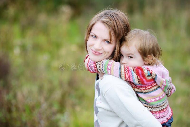有的女孩她的妈妈肩扛乘驾 免版税库存照片