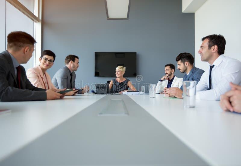 有的女实业家关于业务会议的讨论 免版税库存照片