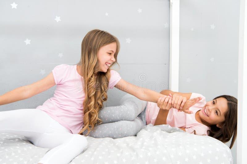 有的好处姐妹 令人敬畏的津贴有姐妹 更老姐妹或在更有的兄弟姐妹的更加年轻的主要因素 库存照片