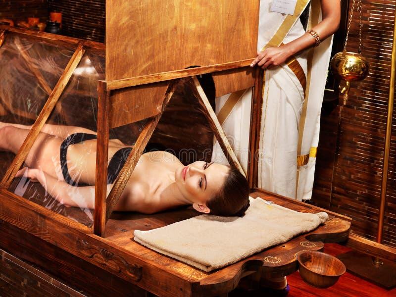 有的妇女Ayurveda蒸汽浴。 库存图片