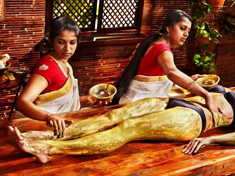 有的妇女Ayurvedic脚温泉按摩。 免版税库存图片