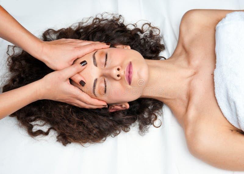 有的妇女cyropractick脖子调整 免版税库存照片