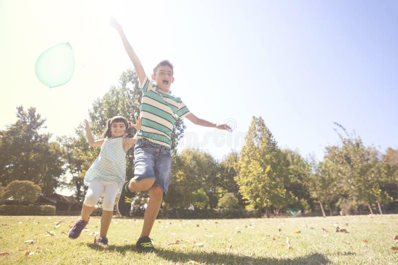 有的孩子乐趣户外概念 免版税库存照片