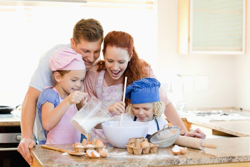 有的家庭了不起的时光一起烘烤 库存照片