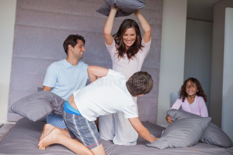 有的家庭在床上的枕头战 免版税库存图片