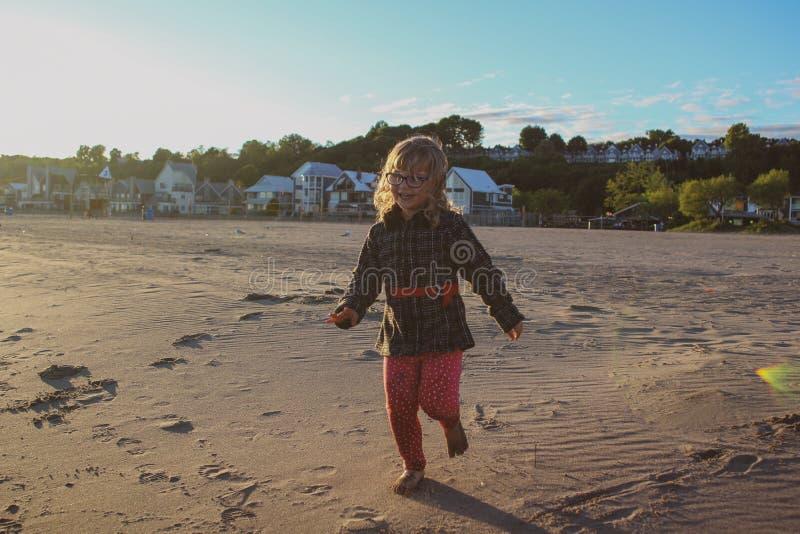 有的少女使用在海滩赛跑和快乐的时光 免版税库存照片