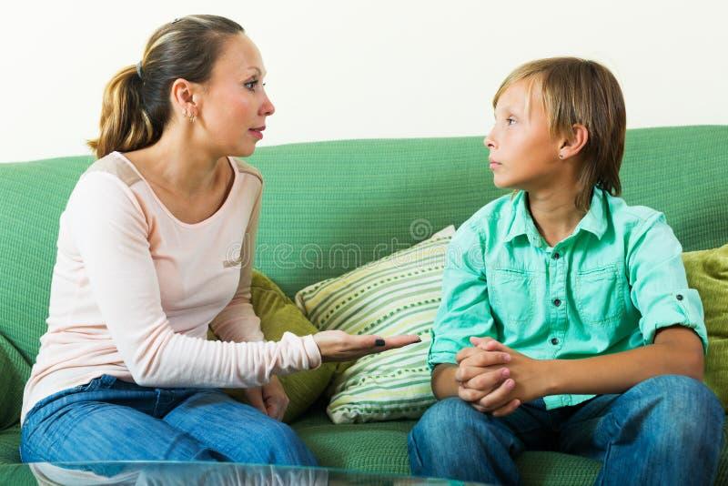 有的少年和的母亲严肃谈话 图库摄影