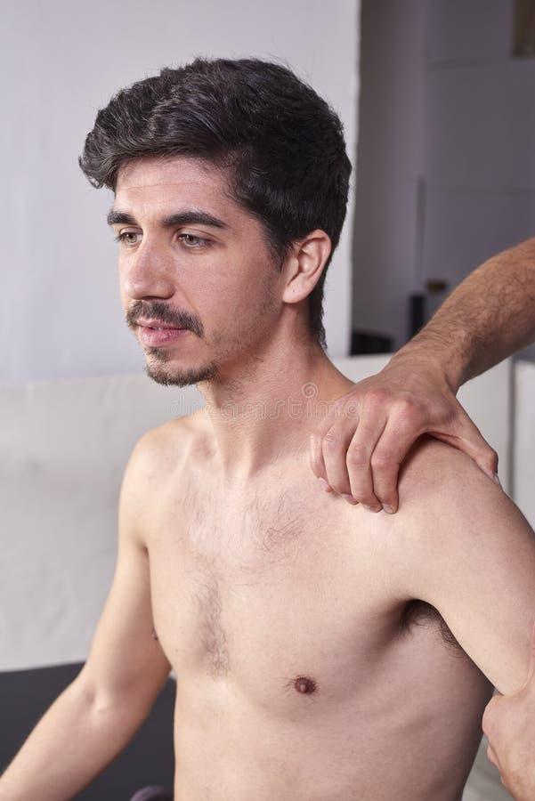 有的年轻人按摩脊柱治疗者肩膀调整 物理疗法,体育伤害修复 整骨疗法,替代医学, 库存照片