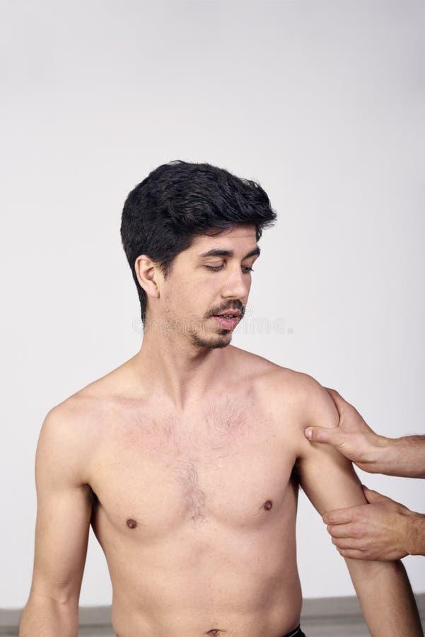 有的年轻人按摩脊柱治疗者肩膀调整 物理疗法,体育伤害修复 整骨疗法,替代医学, 免版税图库摄影