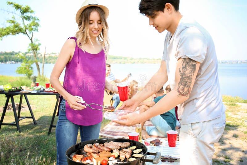 有的年轻人烤肉聚会在好日子户外 库存照片