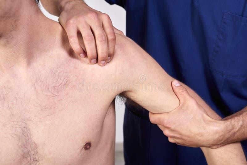 有的年轻人的特写镜头按摩脊柱治疗者肩膀调整 物理疗法,体育伤害修复 整骨疗法, 免版税库存照片