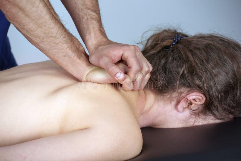 有的年轻女人按摩脊柱治疗者后面调整 物理疗法,体育伤害修复 整骨疗法,替代医学, 图库摄影