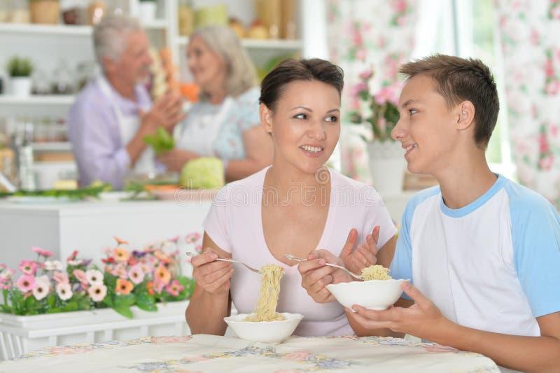 有的幸福家庭画象一次宜人的谈话 免版税库存照片
