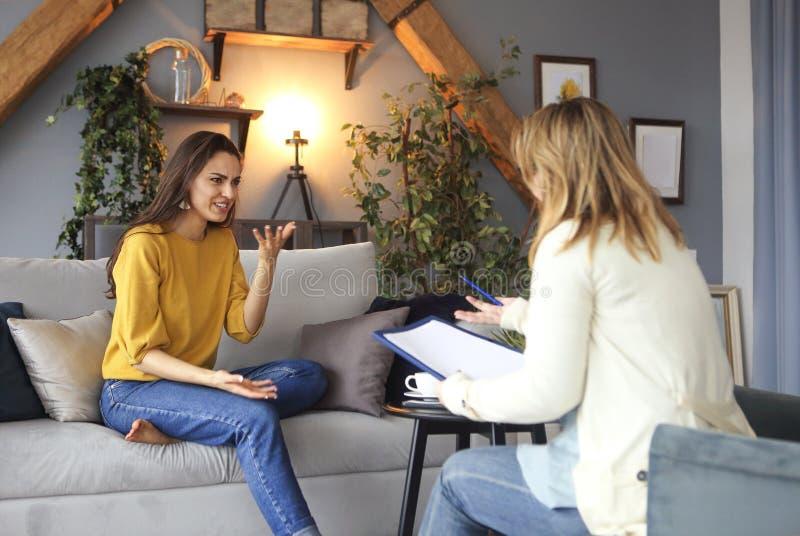 有的心理学家与她的女性患者的会议 免版税库存图片