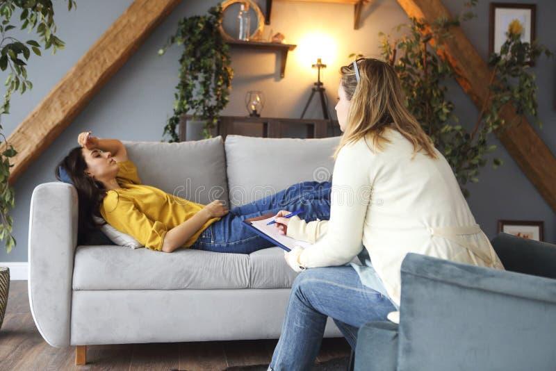有的心理学家与她的女性患者的会议 免版税图库摄影