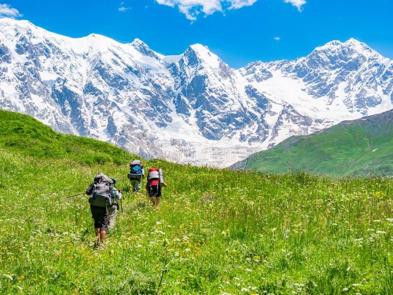 有的游人在高加索山脉的背包 Svaneti地区,乔治亚 库存照片