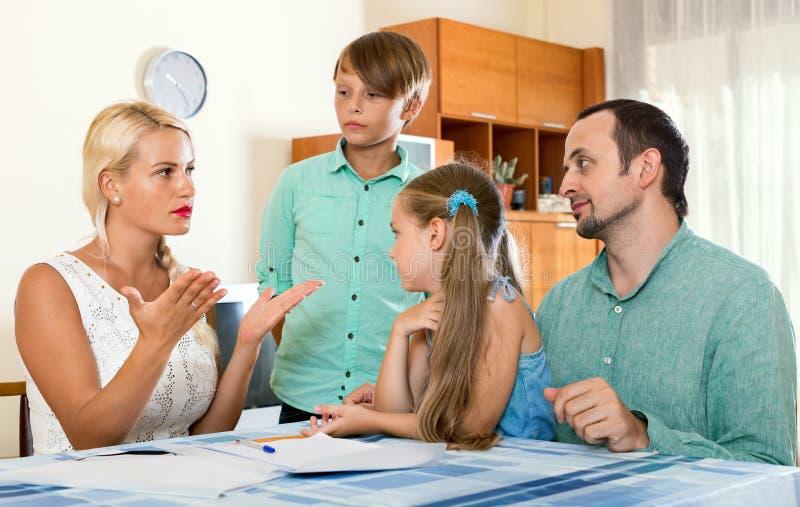 有的父母严肃的交谈 免版税库存图片