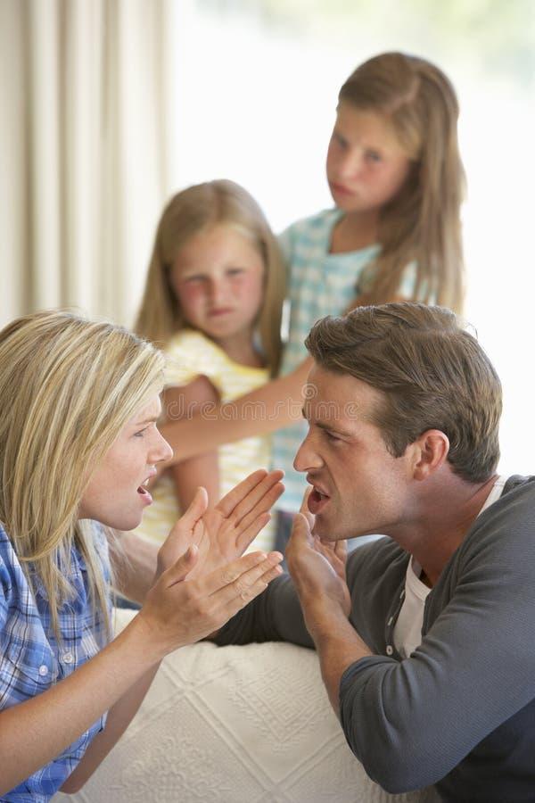有的父母论据在家在孩子前面 图库摄影