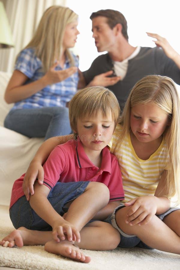 有的父母论据在家在孩子前面 库存照片