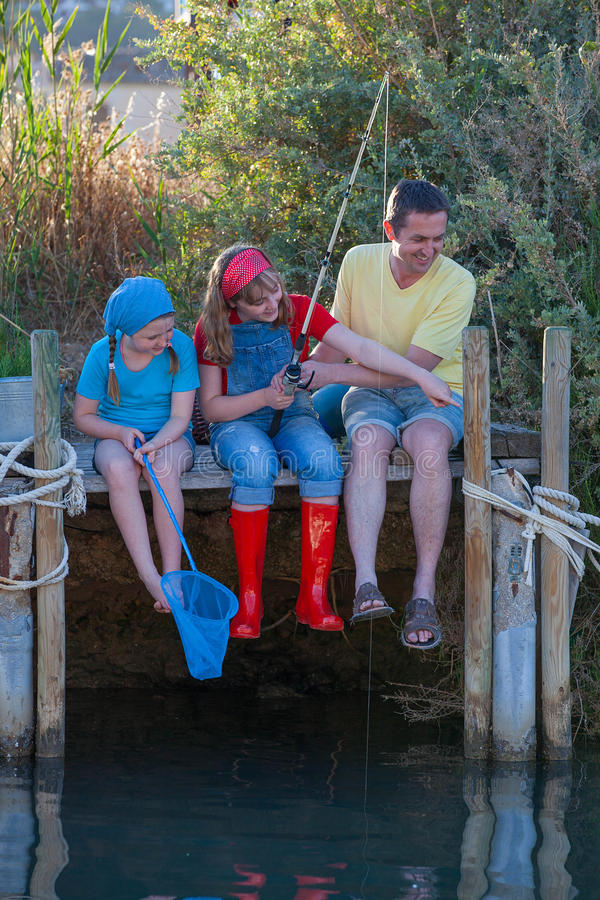 有的爸爸和的孩子乐趣渔 免版税库存照片