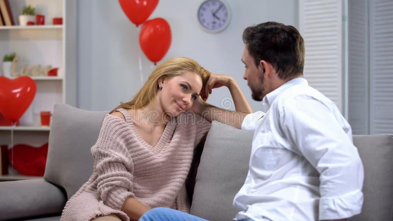 有的男人和的妇女浪漫日期在家,情人节庆祝,爱 免版税库存照片