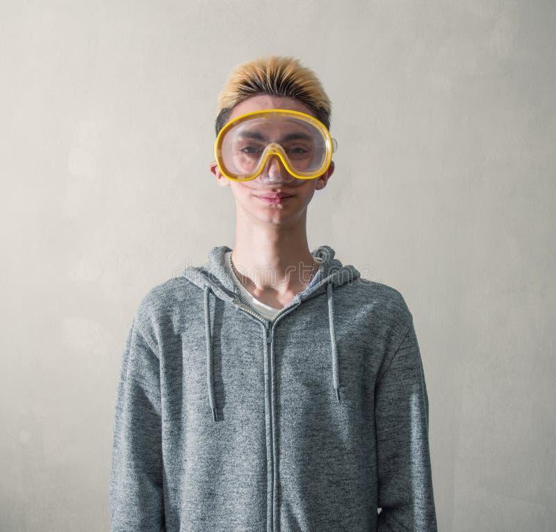有的男孩水肺面具 免版税库存图片