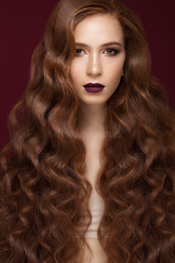有的美丽的红头发人女孩完全卷曲头发和经典构成 秀丽表面 库存照片