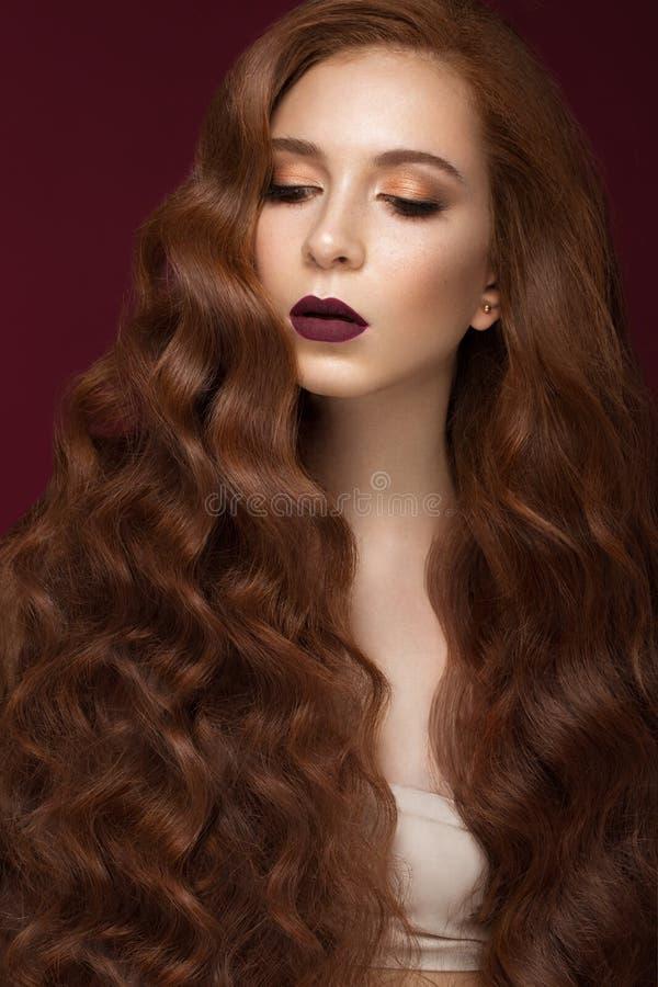 有的美丽的红头发人女孩完全卷曲头发和经典构成 秀丽表面 库存图片