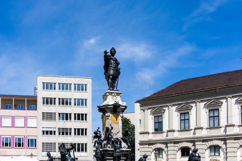 有皇帝奥古斯都雕象的喷泉在奥格斯堡奥古斯都 图库摄影