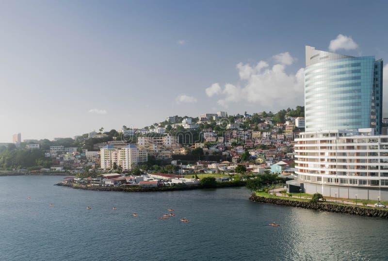 有皮船小组、码头、城市和山的堡垒de法国马提尼克岛港口 图库摄影